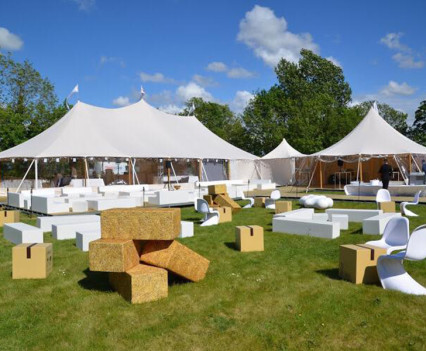 Furniture for an outdoor wedding // Meubels voor een openlucht trouwfeest